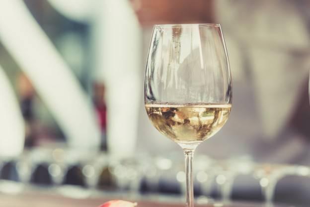 Un vin minéral dans son verre à pied